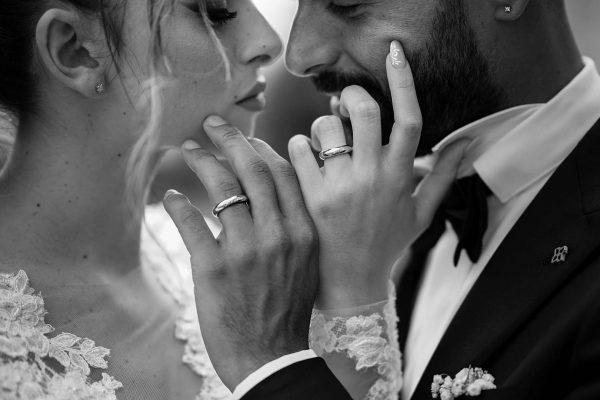 Foto in bianco e nero nell'album di nozze: 3 motivi per cui non possono mancare