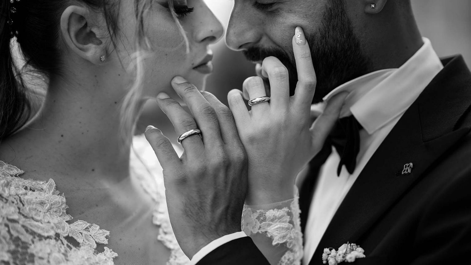 Come mettersi in posa per le foto del matrimonio: 5 consigli